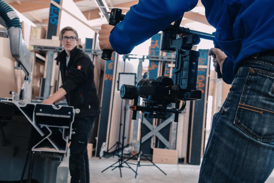 Auszubildender Timo in Aktion während der Filmaufnahme