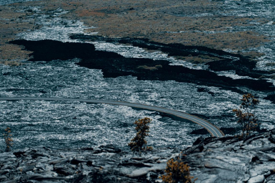 Vulkanlandschaft Big Island Hawaii, durchzogen von einer Straße